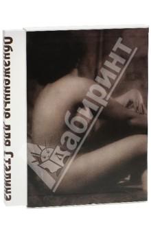 Обнаженные для Сталина. Советская фотография 1920 - 1940-х годовФотоальбомы<br>Фотографии ведущих советских фотографов различных направлений объединены в альбоме общей темой - изображением женского тела. Читателю будет интересно проследить изменение подхода к съемке тела в советской фотографии сталинской эпохи - от созданных в 1920-х фотографий в жанре ню, до официальных фотографий советских парадов и живых пирамид 1930-х. В альбом включены фотографии обнаженного тела, съемку которого не могли остановить никакие официальные запреты. <br>Альбом Обнаженные для Сталина будет интересен не только ценителям фотографии, но и всем любителям искусства.<br>