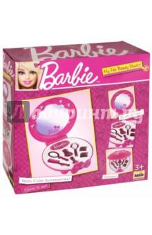 Студия красоты настольная с аксессуарами BARBIE (5359)Играем в профессии<br>Новая студия красоты в стиле Barbie c безопасным зеркалом, украшенным стразами и с застежкой в виде красивого банта. В наборе: 8 незаменимых аксессуаров для маленькой красавицы - щетка, расческа, зеркальце, флаконы и заколки. Высота в открытом виде 30 см. Не рекомендовано детям младше 3-х лет. Содержит мелкие детали.<br>Сделано в Китае.<br>