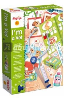 Игра настольная Я - ВЕТЕРИНАР (46942)Другие настольные игры<br>Игровой набор ветеринара. Развивает социальные навыки, эмоциональность. <br>Состав набора:<br> - набор деревянных инструментов: стетоскоп, шприц и лопатка, <br> - 4 ветеринарных инструмента из толстого картона, <br> - 3 ветеринарные книги, <br> - 12 карточек пациентов, <br> - 6 коробочек для лекарств, <br> - таблеткаи, <br> - пластыри и наклейки, <br> - истории болезни, <br> - ветеринарный паспорт. <br>Размер коробки: 22,5х30,0х4,5 см <br>Количество игроков: 1-3.<br>Возраст: 3-7 лет.<br>Упаковка: картонная коробка.<br>Сделано в Италии.<br>