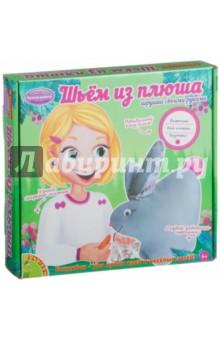 Набор для творчества Шьем из плюша! Кролик (1556ВВ/0025)Шитье, вязание<br>Набор для маленьких рукодельниц по пошиву мягкой плюшевой игрушки. Игрушка своими руками - это всегда особенная вещь: она сделана с теплом и любовью. А игрушка из плюша - вдвойне! Плюш - очень приятный материал: мягкий, теплый, уютный. Все необходимое - в комплекте!<br>Состав набора: подробная инструкция со схемой, детали из плюша, материал для набивки, элементы украшения (носик глазки, тканевые вставки и др.), именная бирочка (заготовка), наперсток, игла, нить. <br>Для детей старше 6-ти лет.<br>Не рекомендуется детям до 3-х лет. Содержит мелкие детали.<br>Сделано в Китае.<br>
