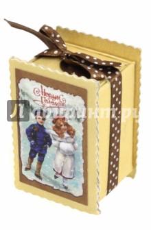 Подарочная коробочка-предсказание (75000)Новогодние сувениры<br>Подарочная коробка-пресказание из мелованного, ламинированного, негофрированного картона плотностью 1100 г/м2,  с полноцветным декоративным рисунком на внутренней и наружной части, с наполнителем из резаной крафт-бумаги и бумажным свитком-предсказанием внутри<br>Размер: 7,8х5,2х4,2 <br>Сделано в Китае<br>